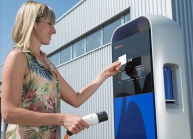 Electromobilitatea la Bosch. Informaţii despre tehnologia acumulatorului pentru sistemele de propulsie hibride şi electrice.