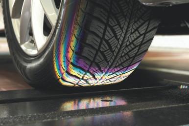 Een nieuwe bijdrage van Bosch aan de veiligheid van voertuigen: het slijtageniveau van de banden wordt geëvalueerd terwijl ze over een meetsysteem rollen
