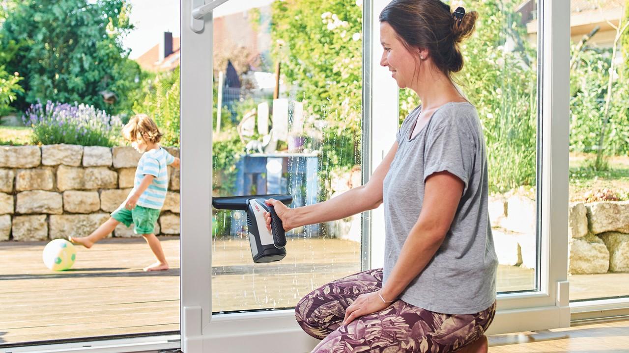 fensterputzen leicht gemacht glassvac erster akku fenstersauger von bosch bosch media service. Black Bedroom Furniture Sets. Home Design Ideas