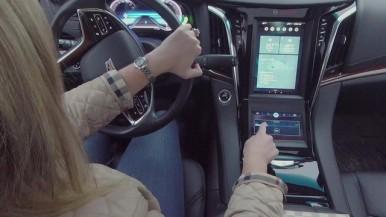 Smarte Kommandozentrale: Der Fahrer bedient das Auto per Sprache und Touchscreen mit haptischer Rückmeldung.