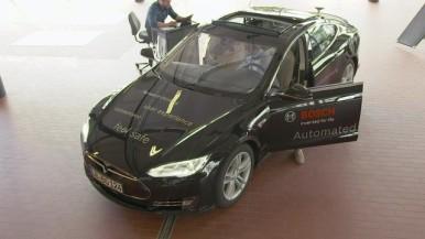 Automatisiertes Fahren: Mitarbeiter in der Werkstatt in Abstatt, Deutschland